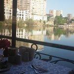 Вид на пруд на завтраке