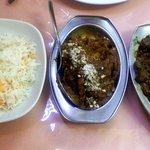 Cordero al estilo hindú, arroz y papas con salsa de frutos secos