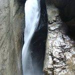Agua corre por dentro da rocha.