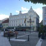 Stattliches Gebäude mitten drin - in Vilnius