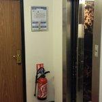 Première chambre petite, male insonorisée et collée a l'ascenseur...