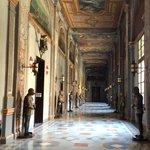 Couloir avec armures et portraits