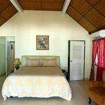 Seaview Villas Zimmer mit Blick auf begehbaren Schrank und Vorzimmer Bad