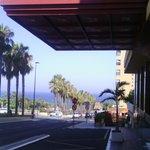 entrada hotel... jardines y playa al fondo