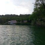 l'hotel et le restaurant  vu de l'interieur du lac en pedalo