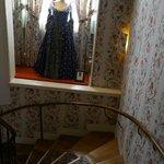 Стены обитые тканью, крутая лестница и бальное платье