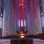 祭壇を正面にして、天井から垂れ下がっているヒモ