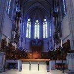 祭壇上方のステンドグラス