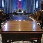 大聖堂深部にある机からの大聖堂内部の眺め