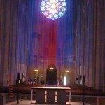 大聖堂深部からみた入口ドア頭上のステンドグラス