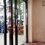 Perbandingan suasana hotel dengan smoking room :)