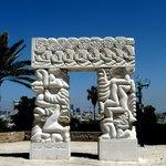 На самой вершине холма Старого города сияют белизной «Ворота Веры» - работа скульптора Даниэля К
