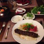 マトンひき肉ケバブと緑の付け合わせ野菜(前菜メニュー) 焼きチーズ