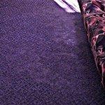 Вытертый и грязный ковролин