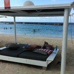 lekker loungebed op het strand