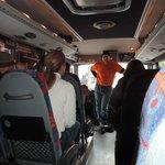 Moderner Bus mit Anschnallgurten