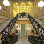 Парадная лестница музея. Очень торжественно