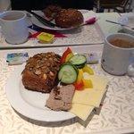 Café da manhã... Parece que e normal comer pepino e pimentões no café...