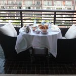 la table du petit déjeuner sur la terrasse de notre suite
