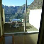 La chambre a un balcon et une véranda fermée, très agréable
