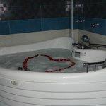Completo y lujosos baño cuenta con tina de hidromasaje, ducha española, doble ovaline, tocador.