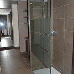 Couloir avec douche italienne à droite