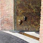 particolare nuove porte in bronzo