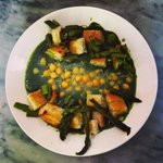 Vegan spinach soup with cheek peas, asparagus and croutons