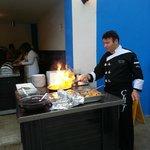 шеф-повар готовит овощи на огне