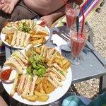 Club sandwich et boisson sorbet fraise