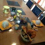 Petit déjeuner copieux avec pain, croissants, confitures et miel fait maison, fromage blanc. Pro