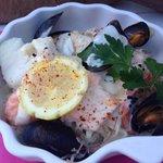 Choucroute de la mer (cabillaud, saumon, crevettes, moules et choux)