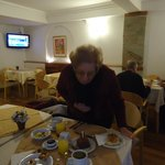 desayunando en el hotel con el primer regalo