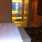 cloison vitrée entre la chambre et la salle de bain (mais qu'on peut fermer)