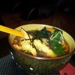 Udon si brodo con tempura di gamberi