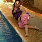 en la orilla de la piscina