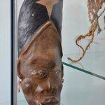 Máscara tribal africana obsequio al presidente Correa