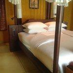 Кровать с прекрасным пологом и замечательным постельным бельем