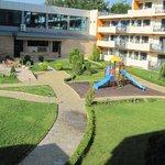 widok z balkonu na placyk zabaw
