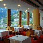 ресторан отеля с панорамным видом на курорт и горы