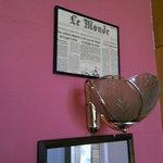 Везде на стенах вырезки старых газет