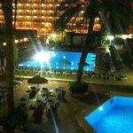 La piscina y terrazas por la noche