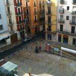 Vista de la plaza de día, acceso párking público