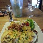"""250gr Schnitzel """"Laufental"""" mit einer Zwiebel-Champignon-Sauce, Käse überbacken, dazu Bratkartof"""