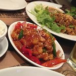 Plato de pollo agridulce y arroz jazmín