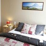 Chambre avec un lit 160 cm et un matelas confortable - bon sommeil assuré - gîte Estives