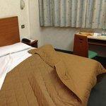 un bel letto con polverosa coperta a tende