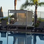 cama balinesa de uso libre junto a la piscina