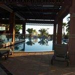 piscina junto al bar chill out