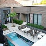 Gezellige achtertuin met leuk terras en 'design' zwembad.